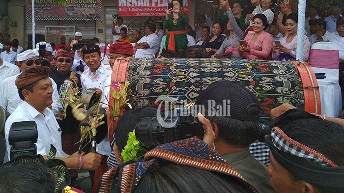 Rai Mantra Pukul Bedug dan Dapat Bunga dari Siswa SD di Pembukaan Perayaan Puputan Badung ke-112