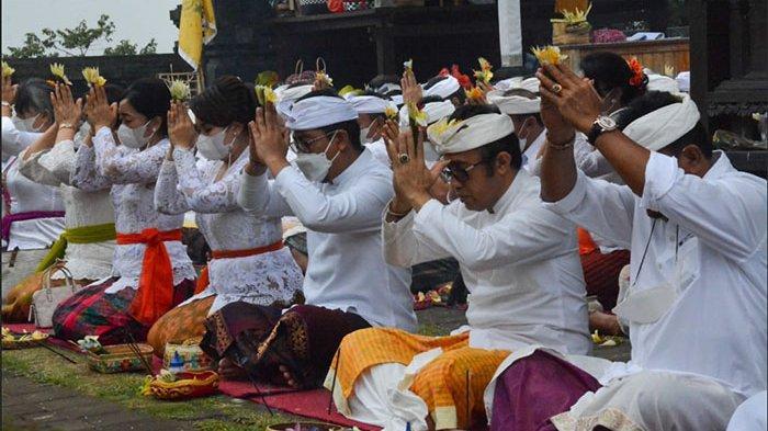 Pemkot Denpasar Ngaturang Bhakti Pujawali di Pura Pengubengan Karangasem