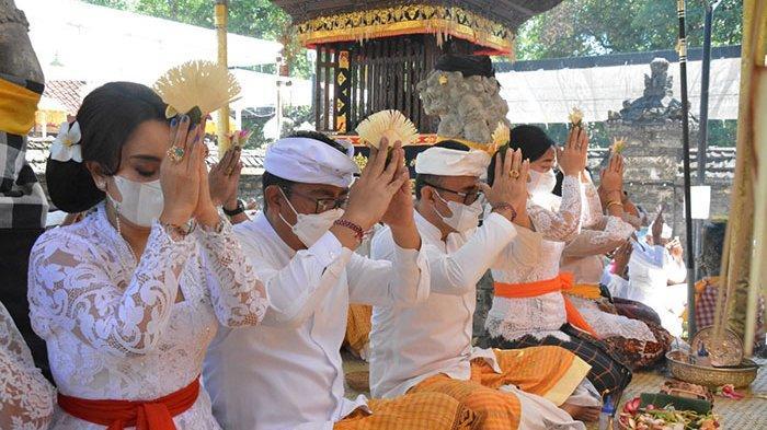Dengan Prokes Ketat, Jaya Negara & Agus Arya Wibawa Hadiri Puncak Piodalan di Pura Sakenan Denpasar