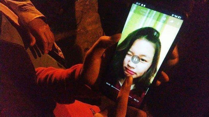 Yogi, keluarga korban menunjukkan foto korban saat memberikan keterangan ke Tribunpontianak.co.id di lokasi kejadian, Rabu 23 September 2020 malam WIB.