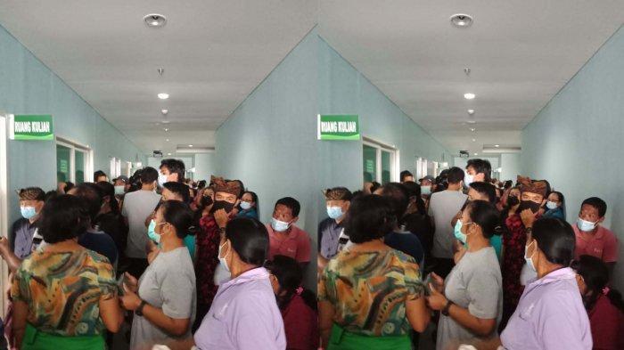 Warga Berkerumun Daftar Vaksinasi Covid-19 di RSUD Sanjiwani Gianyar Bali, Diduga Kurangnya Ruangan