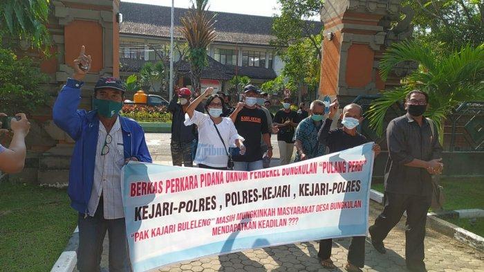 Warga Bungkulan Orasi di Kejari Buleleng, Pertanyakan Perkembangan Kasus Dugaan Pemalsuan Dokumen