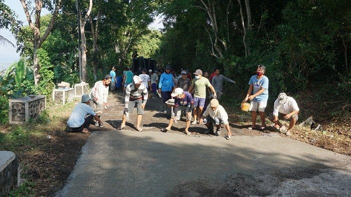Jalan Menuju Bukit Tengah Klungkung Rusak, Warga Perbaiki Secara Swadaya