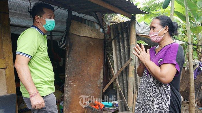 Ni Ketut Lendri (55) seketika terharu, saat disambangi rombongan Bupati Klungkung I Nyoman Suwirta di Banjar Kemoning, Kelurahan Semarapura Klod, Klungkung, Selasa (5/1/2021).