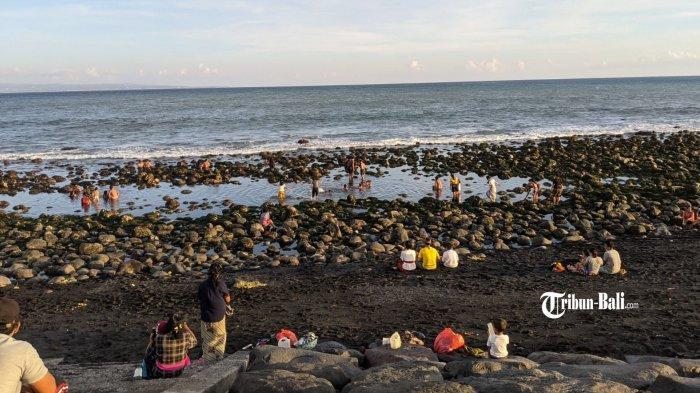 Desa Adat di Klungkung Awasi Pantai, Masyarakat Diminta Banyupinaruh di Rumah