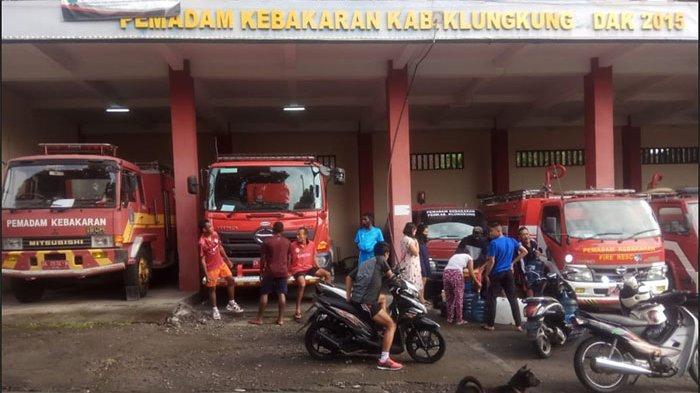 Warga Kelimpungan Akibat Air PDAM Mati, Rela Antre Ambil Air Bersih di Mobil Tangki Damkar Klungkung