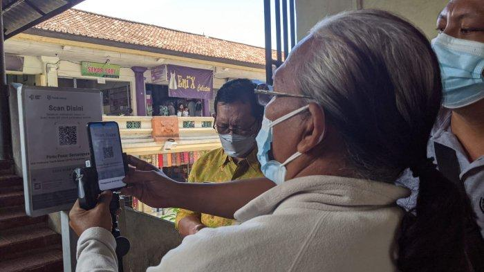 Warga Kebingungan Scan Barcode, PeduliLindungi Dipasang 5 Titik di Pasar Semarapura Klungkung
