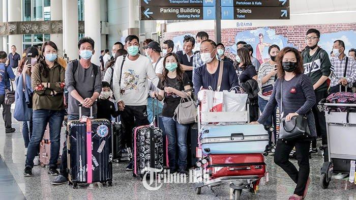 Sejumlah wisatawan mancanegara menggunakan masker saat mendarat di Bandara Internasional Ngurah Rai, Badung, Jumat (31/1/2020). Sebelumnya, WHO telah menetapkan status darurat terhadap virus Corona.
