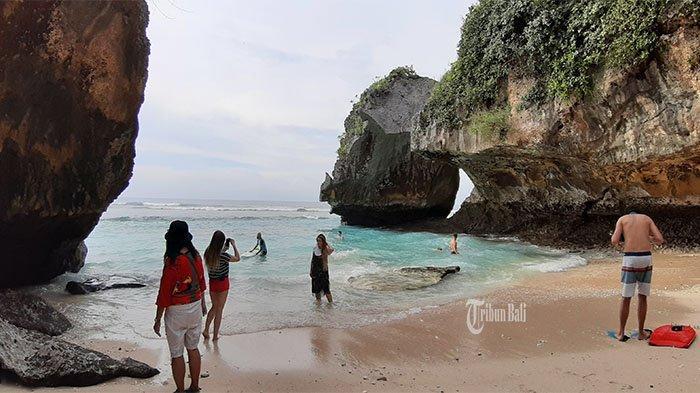Pantai Suluban, Nikmati Keindahan Pantai yang Tersembunyi di Balik Gua Karang
