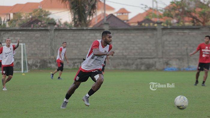 Disambut Hangat, Pemain Bali United, Yabes Roni Beri Kado untuk Tanah Kelahirannya