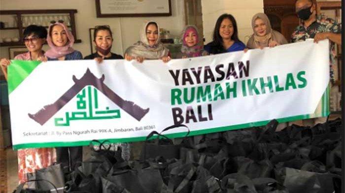 Ibu Artis Cinta Laura bersama Yayasan Rumah Ikhlas Bali Bagikan 100 Paket Sembako di Nusa Dua Badung