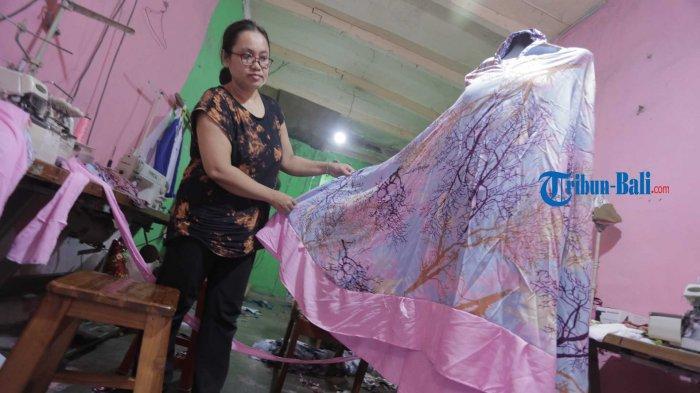 Dampak Pandemi, Produksi Mukena Bali Menurun Saat Ramadhan 2021