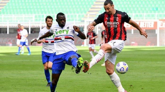 Penyerang AC Milan Zlatan Ibrahimovic (kanan) berebut bola dengan bek Sampdoria Omar Colley dalam laga pekan ke-29 Liga Italia 2020-2021, AC Milan vs Sampdoria, di Stadion San Siro, 3 April 2021.