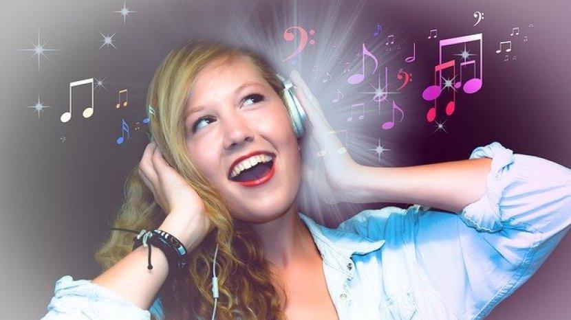 foto-ilustrasi-wanita-yang-sedang-mendengarkan-musik-dengan-gembira.jpg