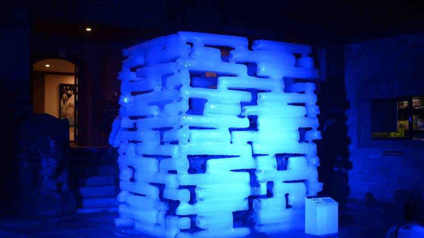 instalasi-ubud-is-winter-10-degree-celcius-yang-terbuat-dari-es-batu-dan-bata.jpg