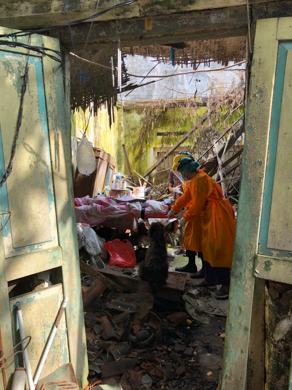 Kondisi tempat tinggal GSI (69) saat dievakuasi karena sakit lemas dan dipenuhi belatung, di Jalan Kartini No.74, Wangaya Kelod, Dauh Puri Kaja, Denpasar, Bali, Selasa 23 Maret 2021 sore.