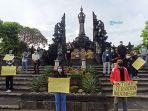 16-organisasi-mahasiswa-melakukan-aksi-solidaritas-di-depan-monumen-bajra-sandi.jpg