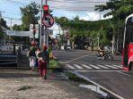 2-orang-perempuan-dan-satu-anak-kecil-digendong-di-persimpangan-jalan.jpg
