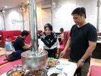 agung-nana-saat-menyajikan-makanan-di-sejong-restoran-korea.jpg