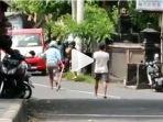 aksi-nyoman-tinggal-di-jalan-pulau-batanta.jpg