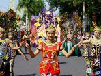 aksi-pelajar-banyuwangi-dalam-karnaval-kebangsaan_20180813_181750.jpg