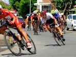 aksi-pembalap-di-international-tour-de-banyuwangi-ijen-itdbi_20170914_144800.jpg