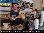 amadeus-suropati-saat-meracik-kopi-di-mercato-coffee-shop-di-legian.jpg