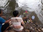 anak-bocahnya-terseret-arus-di-sungai-ciliwung-sang-bapak-larung-kembang.jpg