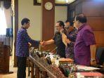 anggota-fraksi-partai-nasdem-psi-hanura-dprd-bali-dr-somvir-bersalaman-dengan-wakil-gubernur.jpg