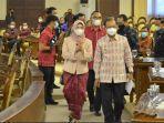 anggota-iv-bpk-ri-isma-yatun-berjilbab-dan-gubernur-bali-wayan-koster-dalam-sidangf.jpg