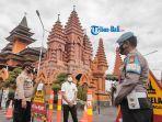 anggota-kepolisian-melakukan-penjagaan-di-gereja-katedral-denpasar.jpg