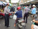 anggota-sabraha-polres-bangli-saat-membagikan-masker-kepada-pengunjung-pasar-kidul-bangli.jpg