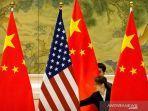 anggota-staf-china-menyesuaikan-bendera-amerika-serikat-dan-china.jpg