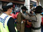 aparat-kepolisian-saat-melakukan-gerak-aksi-gerebek-desa-di-wilayah-mengwi-pada-minggu.jpg