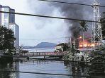 api-membakar-sebuah-bangunan-saat-berlangsungnya-aksi-unjuk-rasa-di-jayapura.jpg