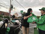 astra-motor-bali-membagikan-sembako-kepada-seorang-petugas-kebersihan.jpg