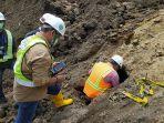 balai-arkeologi-bali-saat-meninjau-terowongan-yang-ditemukan-di-areal-proyek.jpg