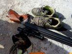 barang-bukti-burung-senjata-laras-panjang-sepatu-dan-topi_20170825_164441.jpg
