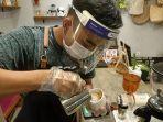 barista-langkah-kopi-mengenakan-faceshield-masker-dan-sarung-tangan-saat-meracik-kopi.jpg