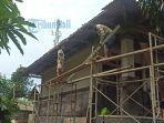 beberapa-buruh-bangunan-saat-memperbaiki-atap-di-sd-no-2-sempidi.jpg