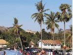 beberapa-fans-memanjat-pohon-kelapa-saat-menyaksikan-laga-persebi-bima-melawan-perseden-denpasar.jpg