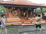 beberapa-fotografer-saat-melakukan-sesi-foto-prewedding-di-puri-lanang-sibang-kaja.jpg