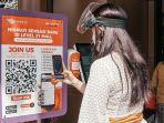 beberapa-pengunjung-mall-level-21-denpasar-tengah-melakukan-scan-barcode.jpg