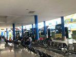 beberapa-penumpang-di-terminal-mengwi-tipe-a-saat-menunggu-bus.jpg