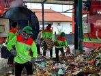 beberapa-petugas-saat-mengolah-sampah-di-tpst-mengwi-kabupaten-badung-beberapa-hari-lalu.jpg