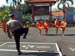 beberapa-tahanan-di-polres-badung-saat-melakukan-olahraga-guna-menjaga-kesehatan-tubuh.jpg