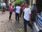 beberapa-warga-desa-takmung-jumat-256-lalu-saat-diminta-menandatangani-surat-pernyataan.jpg