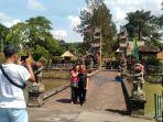 beberapa-wisatawan-berfoto-saat-masuk-ke-objek-wisata-taman-ayun.jpg