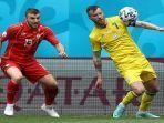bek-makedonia-utara-stefan-ristovski-kiri-berebut-bola-dengan-pemain-depan-ukraina-andriy-yarmolen.jpg