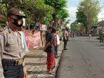 bhabinkamtibmas-desa-jagapati-aiptu-i-nyoman-merta-yasa-pimpin-sidak-masker.jpg
